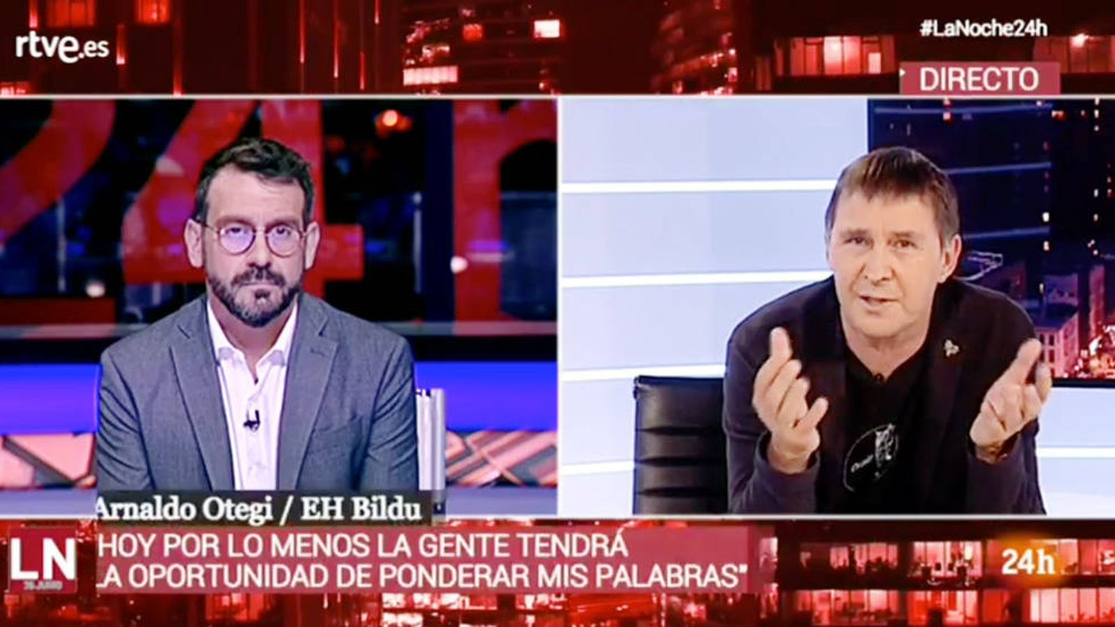 Foto: El presentador de 'La noche en 24 horas', Marc Sala, y Arnaldo Otegi, en la entrevista de TVE.