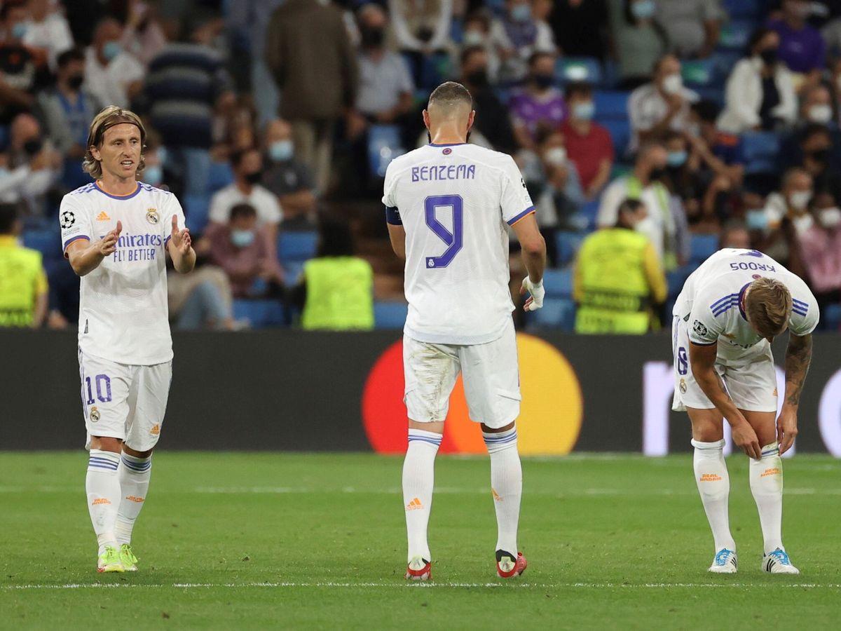 Foto: Modric parla con Benzema dopo aver ricevuto il secondo gol contro Cherif Terastopol.  (EFE)