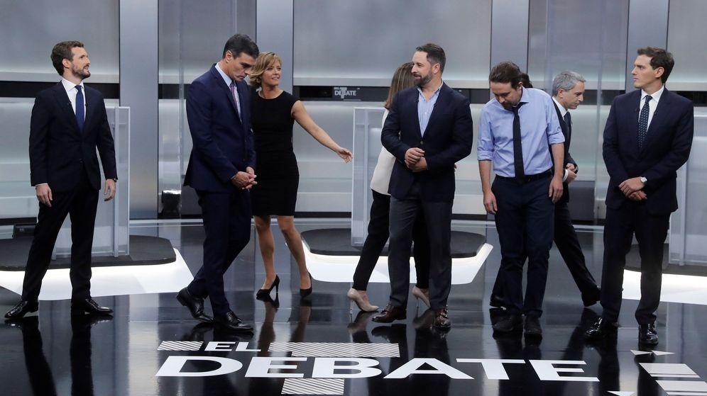 Foto: Los cinco candidatos, preparándose para la foto previa al debate. (EFE)