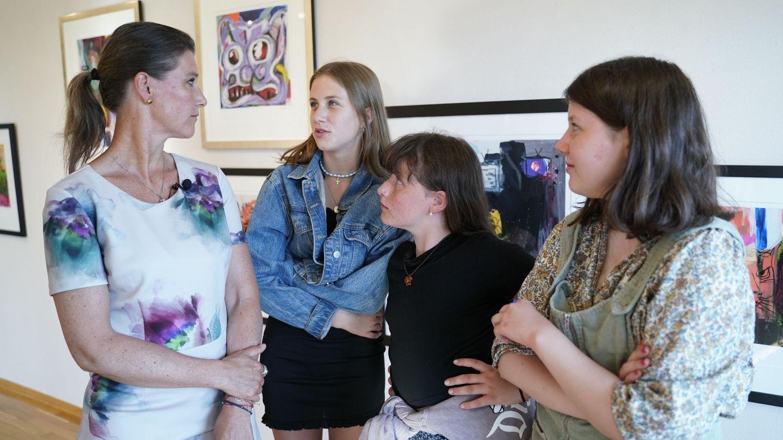 Marta Luisa y sus tres hijas, en la inauguración de una exposición sobre el escritor, el pasado junio. (Reuters)