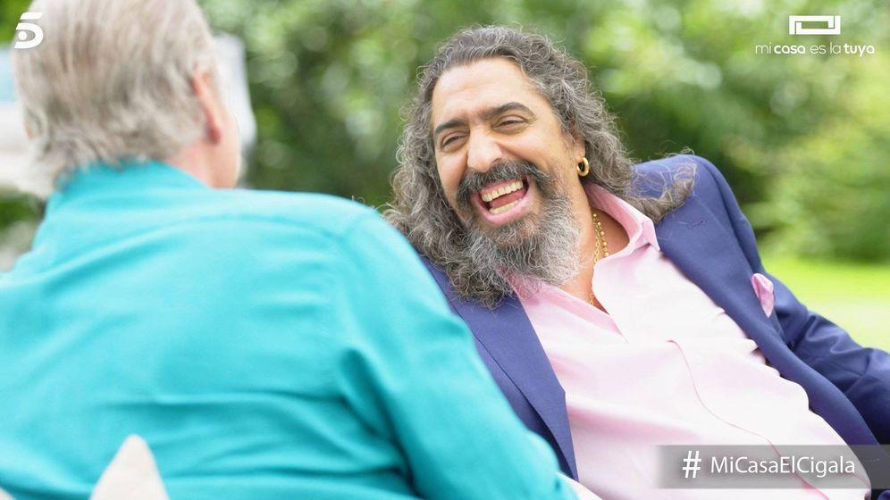 Foto: El Cigala contó a Bertín su divertida experiencia en la mili. (Telecinco)