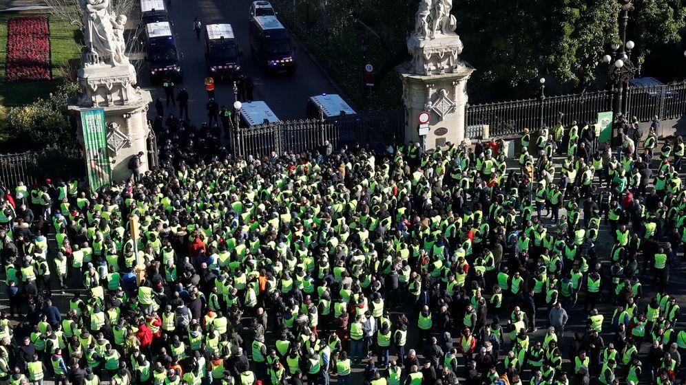 Foto: Taxistas, frente al Parlamento catalán el pasado 21 de enero. (Reuters)