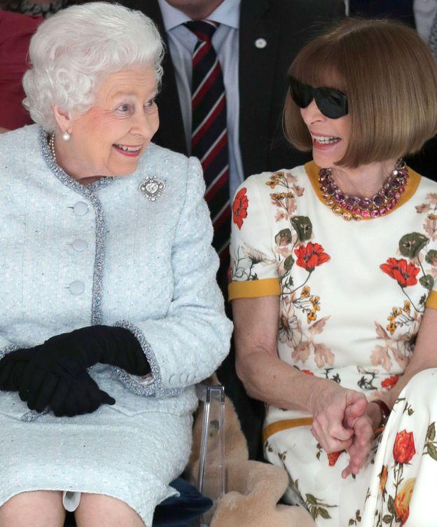 Foto: La reina Isabel junto a Anna Wintour en el desfile de Richard Quinn. (Reuters)