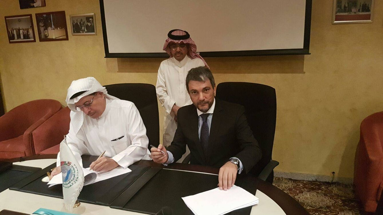 Foto: Sheik Bandar Fahad, presidente de turismo  de la Liga de Estados Árabes (de pie), Jamal Satli Iglesias y Sheik  Saquer Ahmed (sentados).