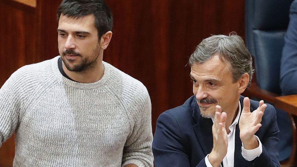 Foto: El secretario general autonómico de Podemos Madrid, Ramón Espinar, junto al exportavoz del partido en la asamblea de Madrid, José Manuel López. (EFE)