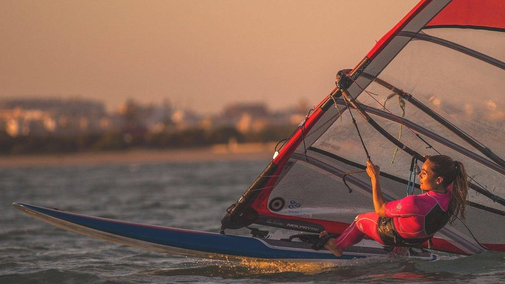 Foto: Blanca Manchón practicando windsurf. (Miguel Morenatti)