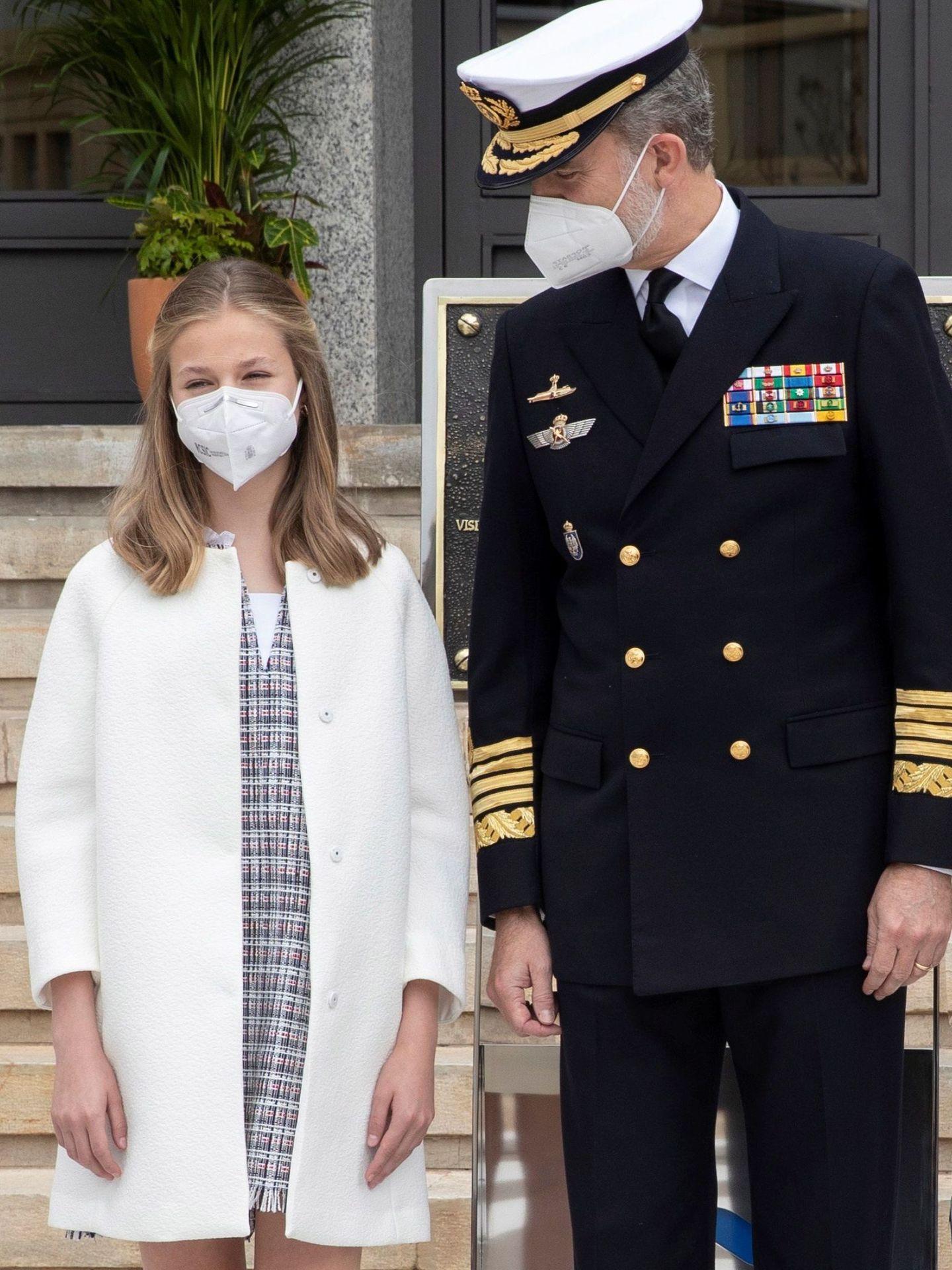 La Princesa de Asturias, con su padre. (EFE)