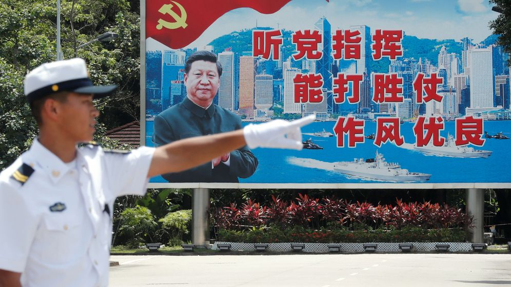 Foto: Un marine chino, delante de un cartel de Xi Jinping. (Reuters)