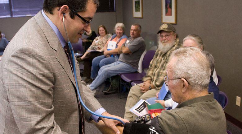 Foto: El doctor Michael Valitutto durante una consulta del grupo de diabetes. (Borgess Promed)