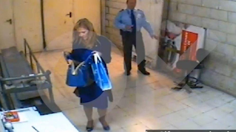 Foto: Imagen del vídeo en el que se ve a Cifuentes en el supermercado en el que robó dos cremas. (Foto: OK Diario)