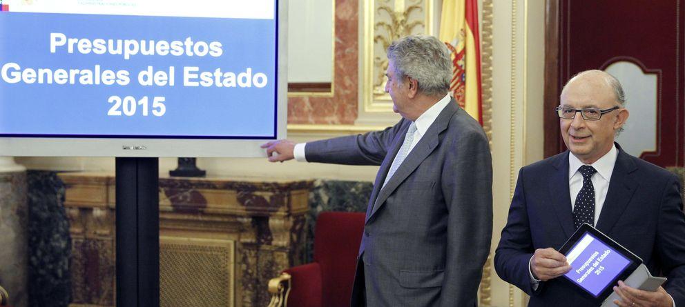Foto: El ministro de Hacienda, Cristóbal Montoro, entrega al presidente del Congreso, Jesús Posada, el proyecto de ley de PPGG. (EFE)