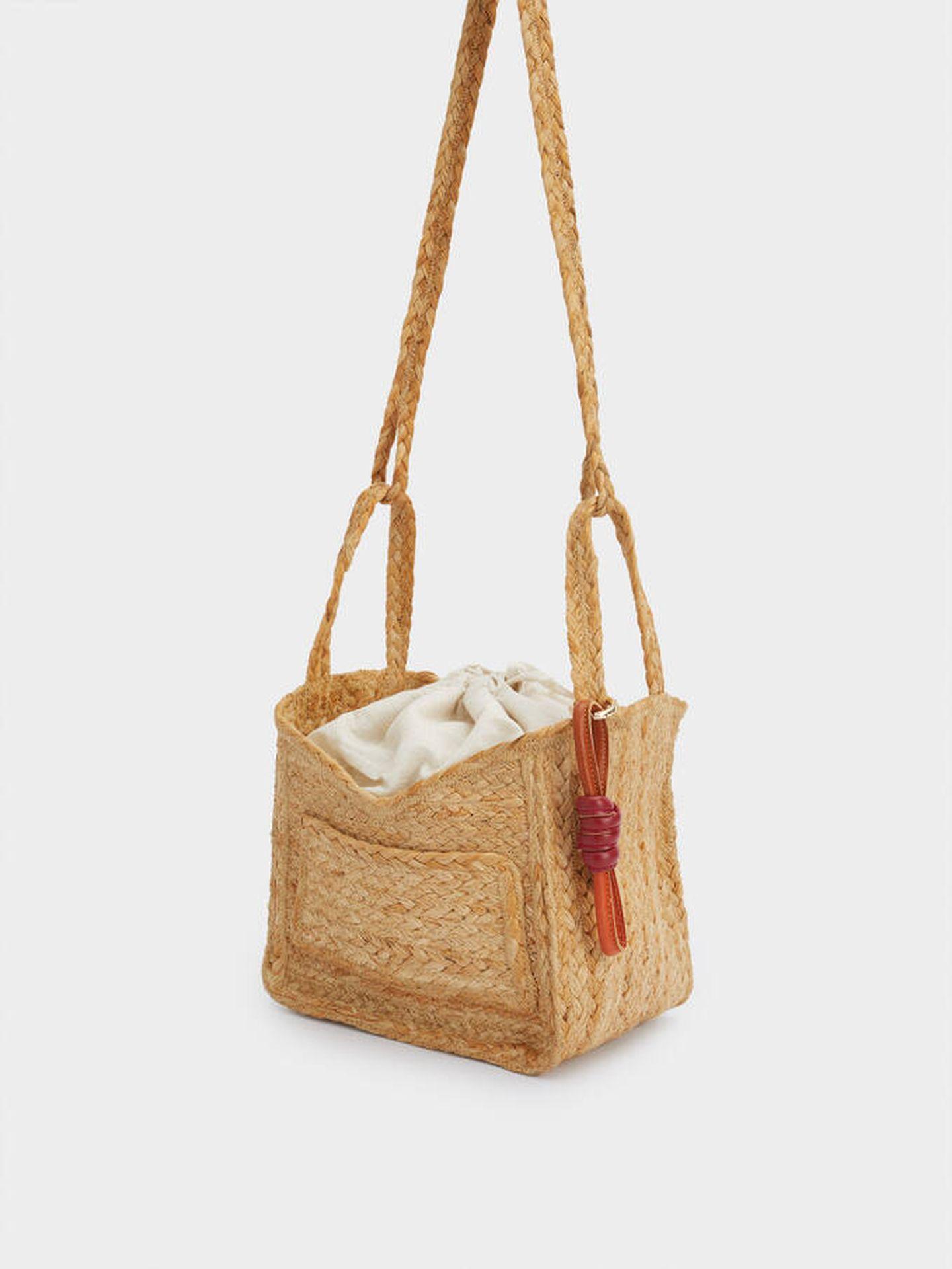 Un nuevo bolso de rafia de Parfois. (Cortesía)
