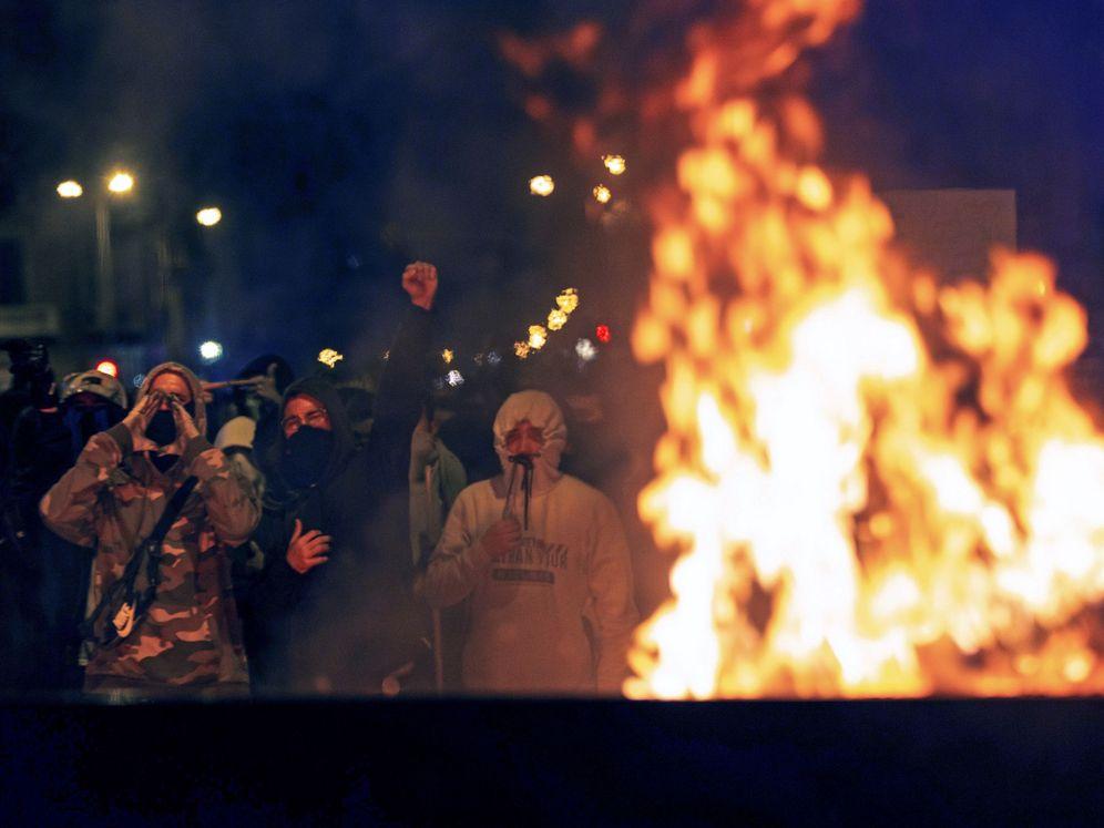 Foto: Manifestantes en el centro de Barcelona queman barricadas este sábado por la noche. (EFE)