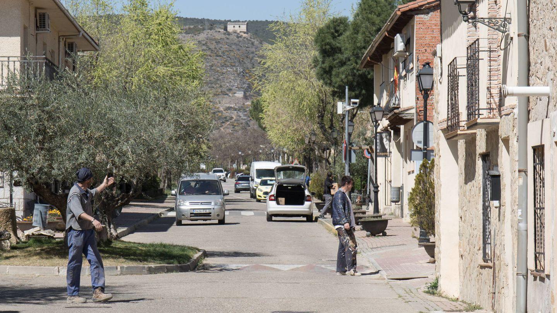 Unas pocas personas se mueven durante el día en Torremocha del Jarama. (D.B.)