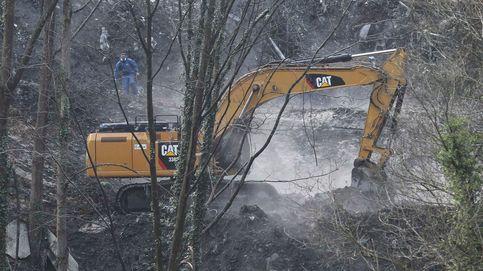 Dos excavadoras buscan a los dos sepultados en el derrumbe del vertedero en Zaldibar