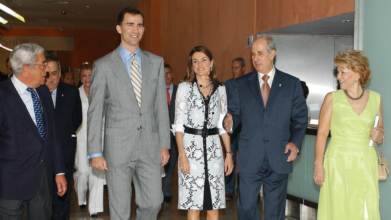 A la derecha, Juan Antonio Pérez Simón con los príncipes de Asturias en 2006 (Gtres)
