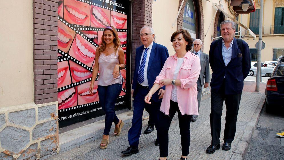 Foto: La exvicepresidenta y candidata a la presidencia del PP Soraya Sáez de Santamaría, acompañada del presidente de Melilla Juan José Imbroda e Iñigo Méndez de Vigo, en Melilla este lunes. (EFE)