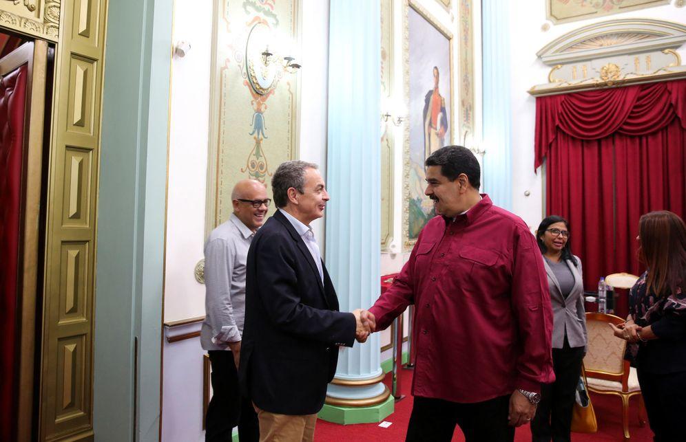 Foto: José Luis Rodríguez Zapatero y el presidente venezolano, Nicolás Maduro, se saludan en el Palacio de Miraflores de Caracas, en Venezuela. (Reuters)