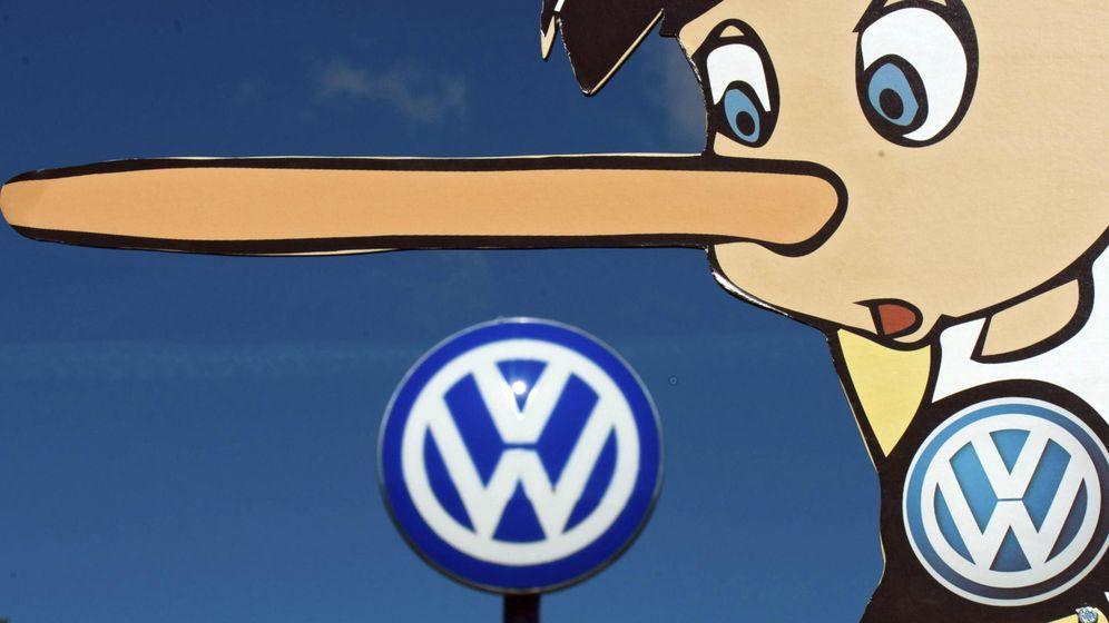 Foto: Activistas de Greenpeace protestan a las puertas de la fábrica de Volkswagen en Wolfsburgo (Alemania). (EFE)