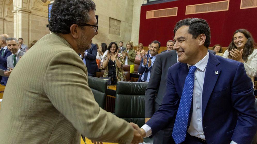 Foto: El presidente andaluz, Juanma Moreno, y el presidente del grupo parlamentario de Vox, Francisco Serrano (i), se dan la mano en el Parlamento de Andalucía. (EFE)
