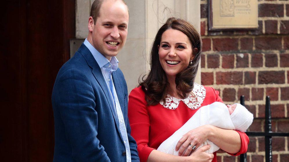 Foto: Los duques presentan al príncipe Louis tras su nacimiento en abril de 2018. (Getty)