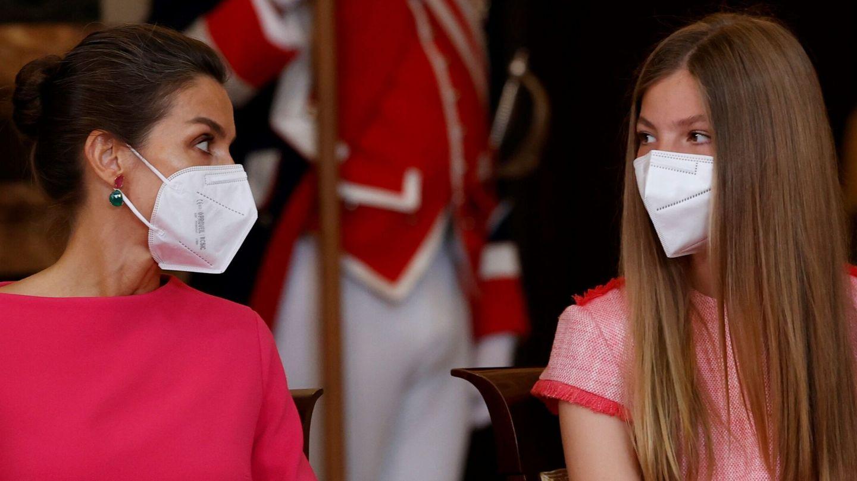 La infanta Sofía y la reina Letizia, este viernes en el Palacio Real. (EFE)