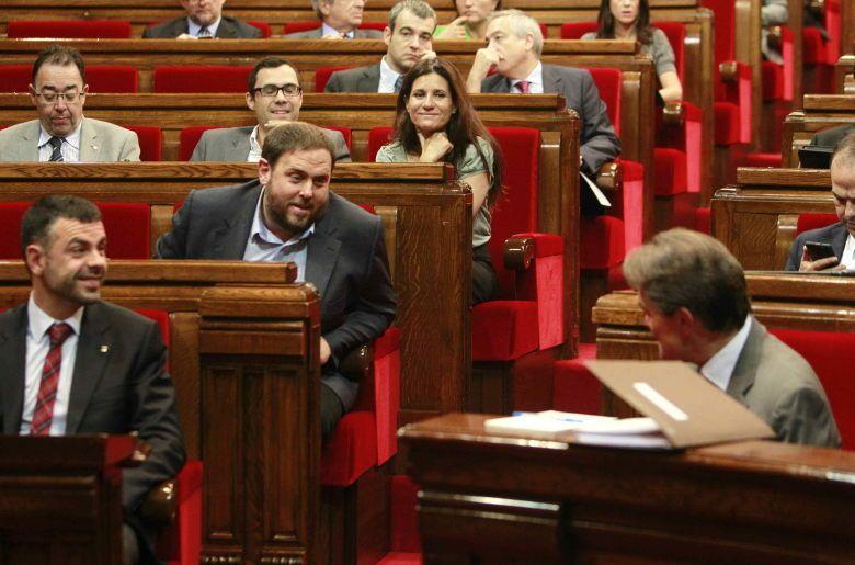 El presidente del grupo parlamentario de ERC, Oriol Junqueras (i), habla con el presidente de la Generalitat, Artur Mas. (EFE)