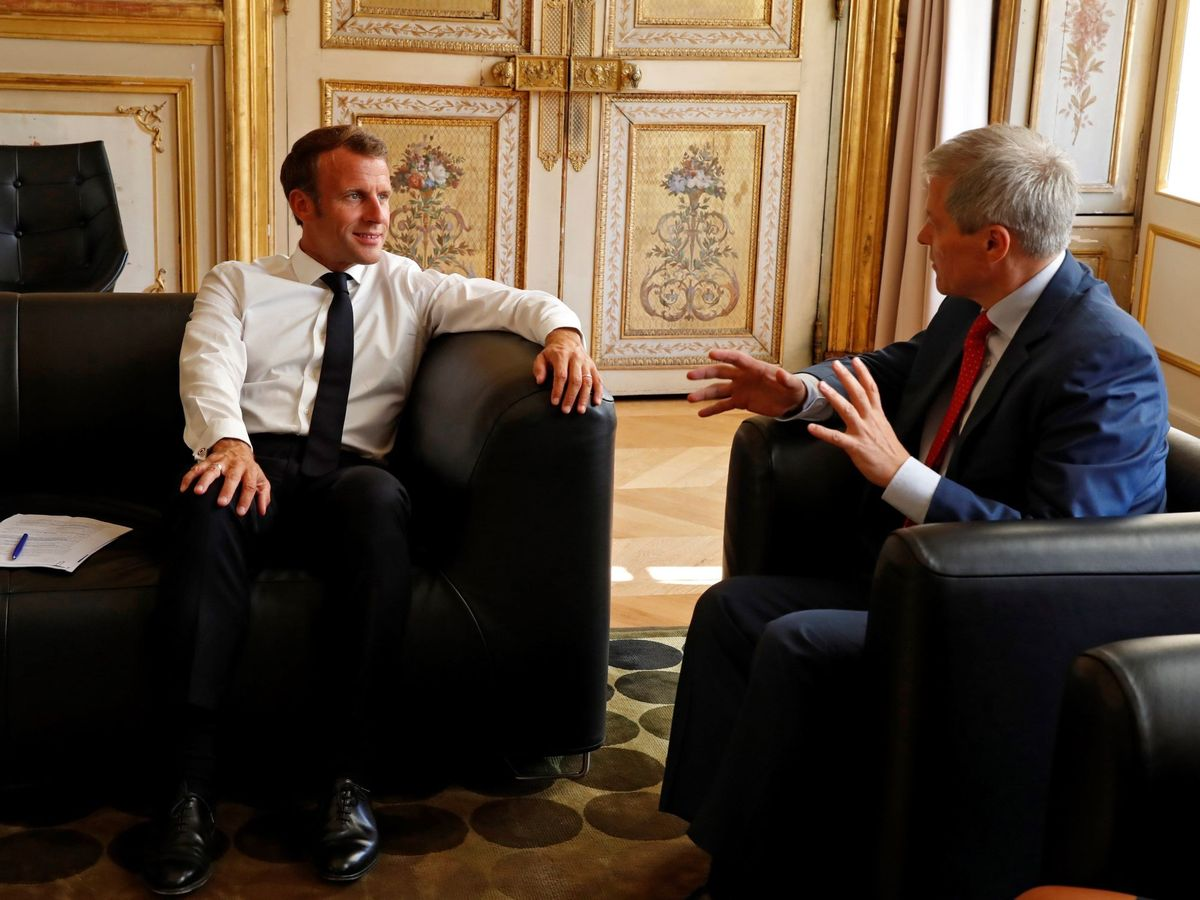 Foto: El presidente Emmanuel Macron junto a Dacian Ciolos, líder del grupo Renew Europe en el Parlamento Europeo. (EFE)