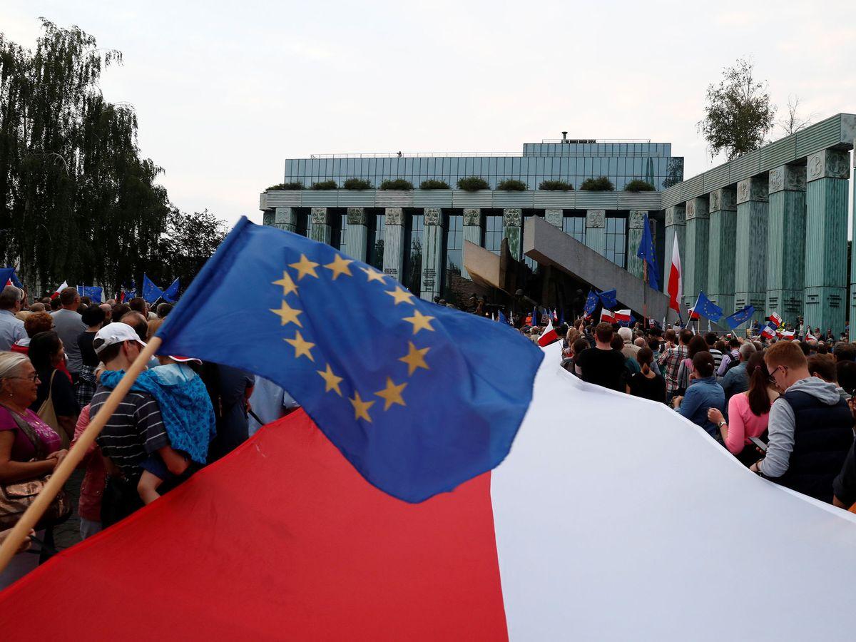 Foto: Foto de archivo: banderas polaca y europea. (Reuters)