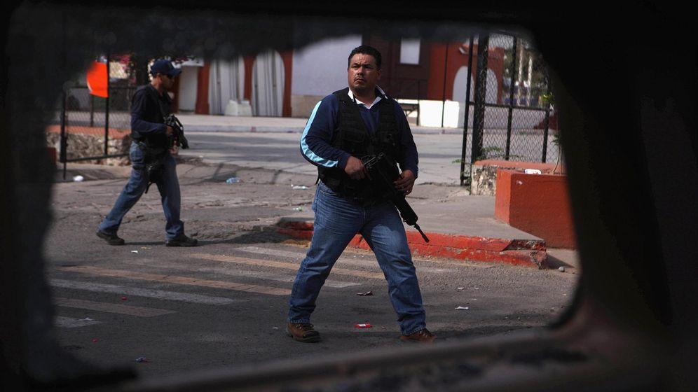 Foto: Policías de paisano vistos desde un vehículo tiroteado en Michoacán, en enero de 2015. (Reuters)