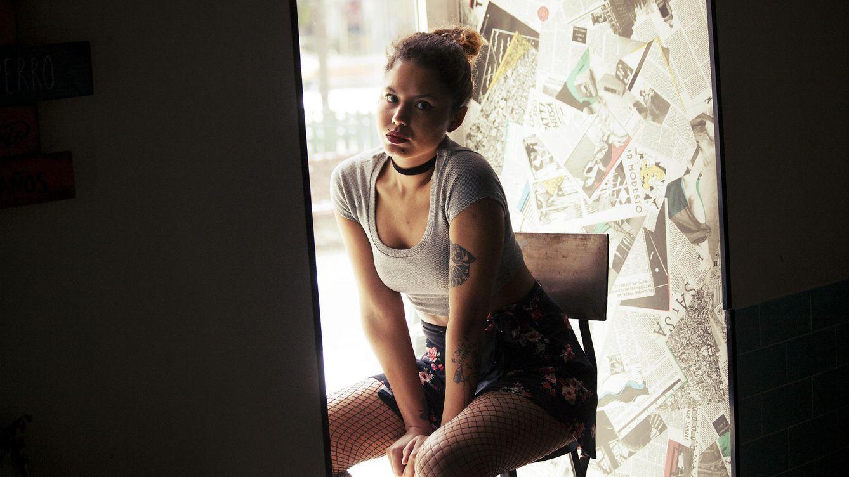 Foto: Ms Nina posa en el interior del bar La Mirinda en Malasaña. (Enrique Villarino)