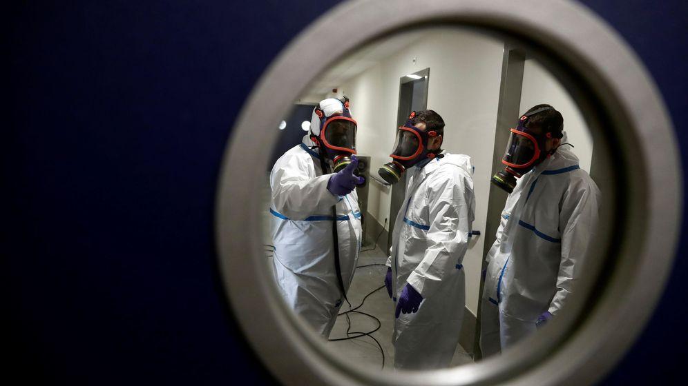 Foto: Operarios trabajan en la desinfección con ozono de una residencia de mayores de Madrid. (EFE)