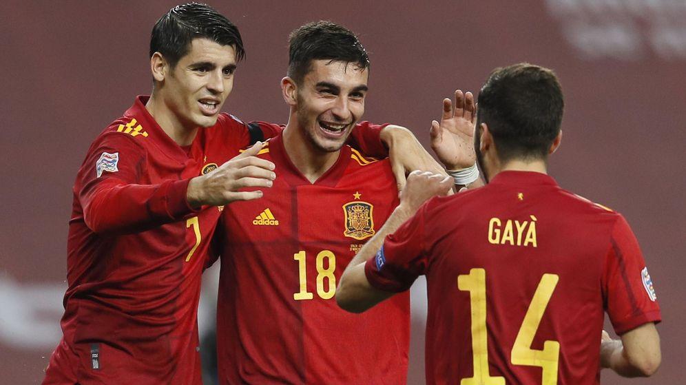 Foto: Morata, Ferran Torres y Gayá celebran un gol. (Reuters)