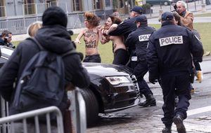 Femen asalta el coche de DSK cuando iba al juicio por proxenetismo