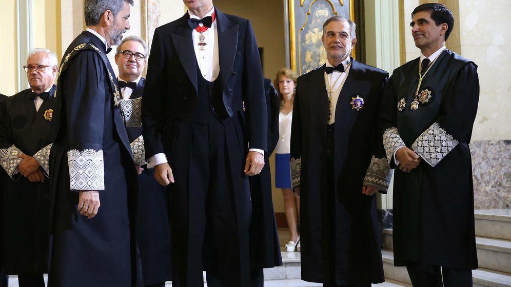 Foto: El rey Felipe conversa con el presidente del Tribunal Supremo y del Consejo General del Poder Judicial, Carlos Lesmes (i), durante la ceremonia de apertura del Año Judicial. (EFE)