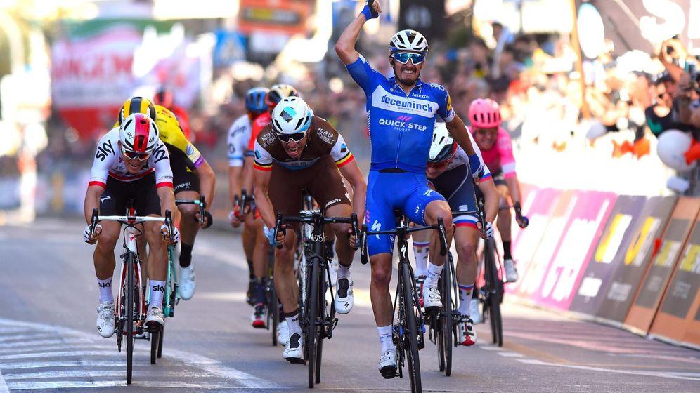 Foto: Alaphilippe celebra su victoria en la misma línea de meta de la Milan-San Remo. (EFE)