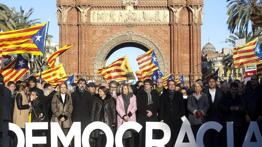 Foto: Puigdemont y el Gover acompañando a Mas, Rigau y Ortega a declarar por el 9-N. (Efe)