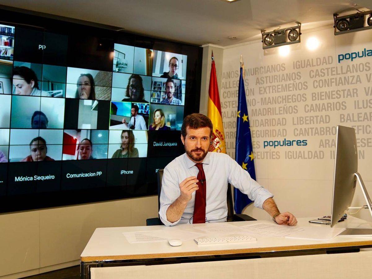 Foto: El líder del PP, Pablo Casado, en la sede nacional de su partido atendiendo a los medios de comunicación. (David Mudarra)