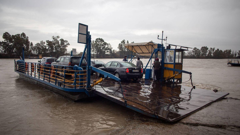 La barcaza que cada día cruza el río transportando coches. (Foto: Fernando Ruso)