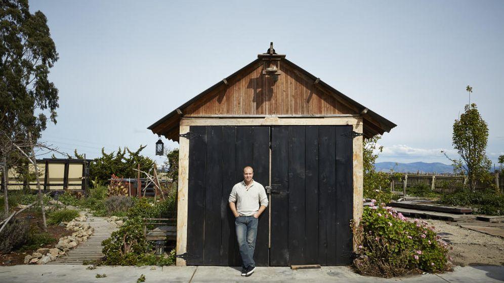 Foto: Bryan Davis frente a su pequeña destilería (Foto: Gabriela Hasbun/Wired)