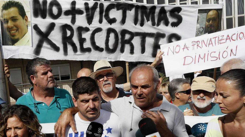 Familia, PP y CCOO culpan a los recortes de la muerte de la mujer en la camilla