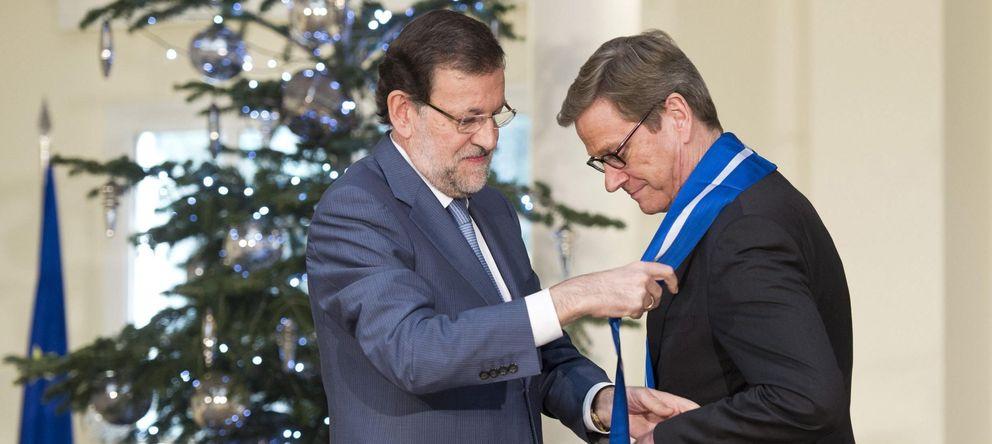 Foto: Rajoy condecora al ministro alemán de Exteriores con la Gran Cruz de la Orden del Mérito Civil el pasado diciembre. (Efe)