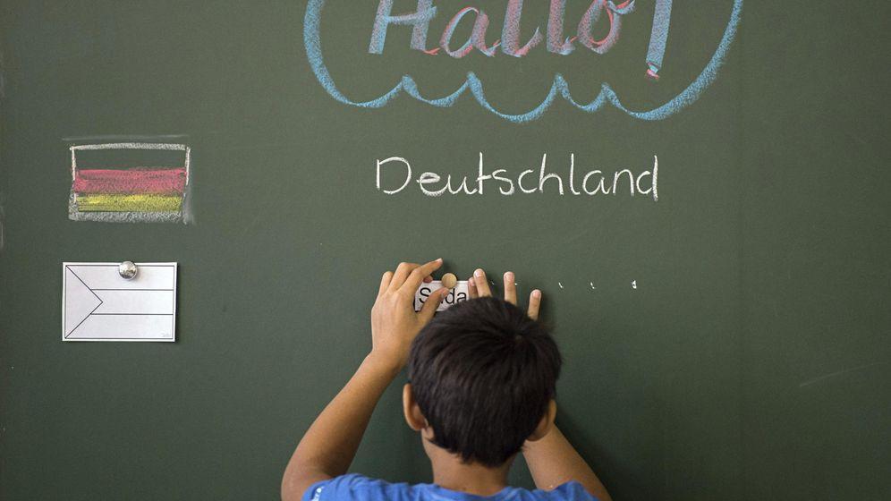 Foto: El joven Mohamed, de Sudán, ante una pizarra en el colegio Rosenstein en Stuttgart, Alemania. (EFE)