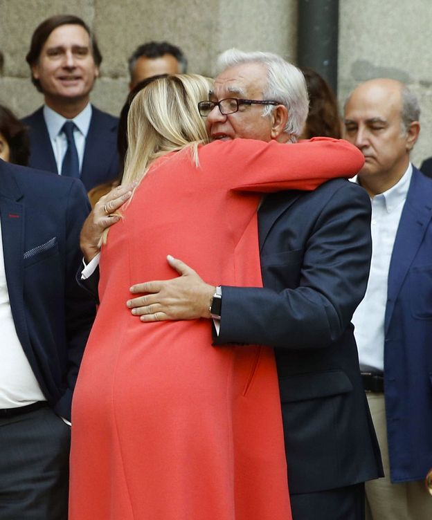 Foto: Cristina Cifuentes, abrazando al exconsejero de Sanidad Jesús Sánchez Martos.
