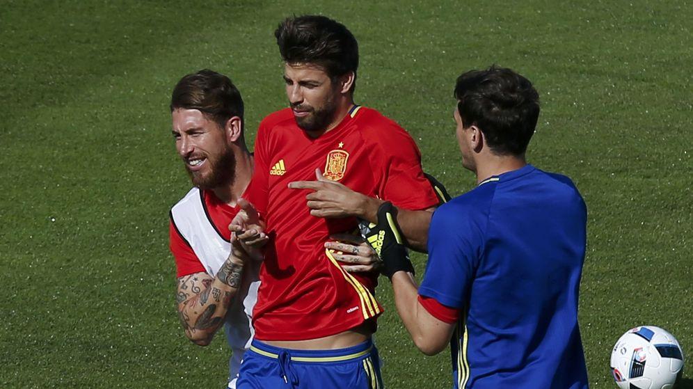 Foto: Piqué y Ramos bromean durante un entrenamiento (Reuters)