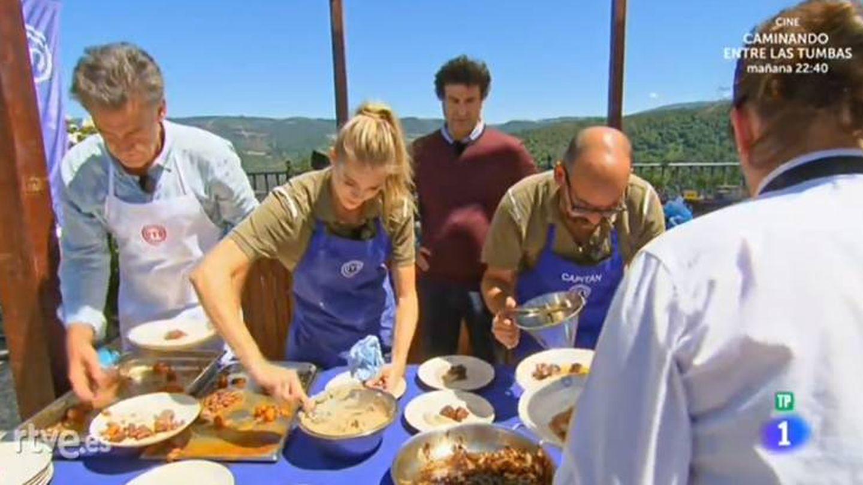 Los tres concursantes finalizan sus platos ante la atenta mirada de Pepe Rodríguez