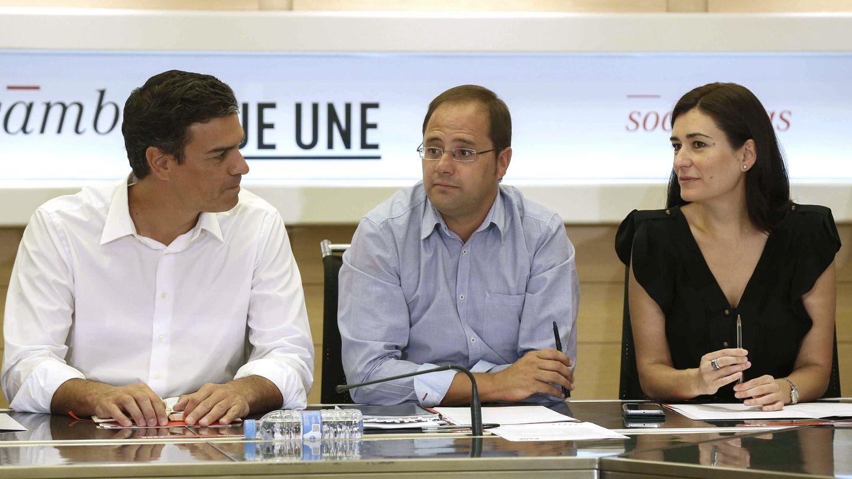 Pedro Sánchez (i), César Luena (c) y la entonces secretaria de Igualdad, Carmen Montón. (EFE)