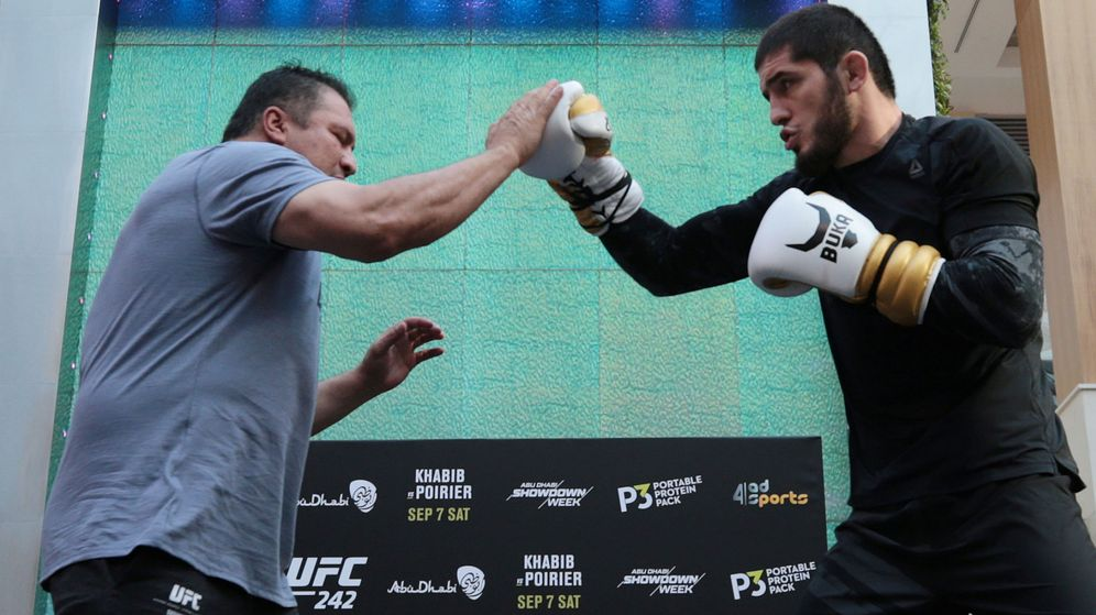 Foto: Khabib (derecha) y su oponente Poirier (izquierda) durante la presentación del combate en el Yas Mall de Abu Dabi. (Reuters)