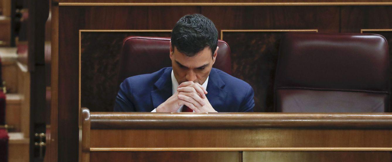Foto: Pedro Sánchez, en su escaño, durante la segunda jornada de la sesión de investidura, este 2 de marzo en el Congreso. (EFE)