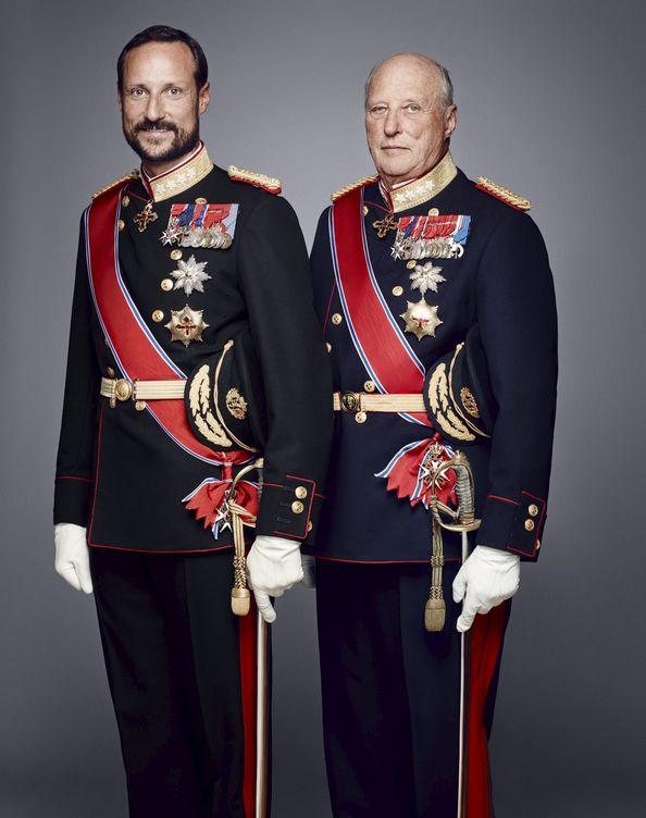 Foto: El rey Harald y el príncipe Haakon en un retrato oficial. (Reuters)